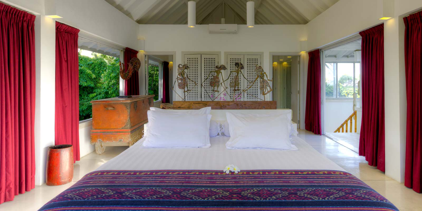 villa-matahari-main-suite-bedroom