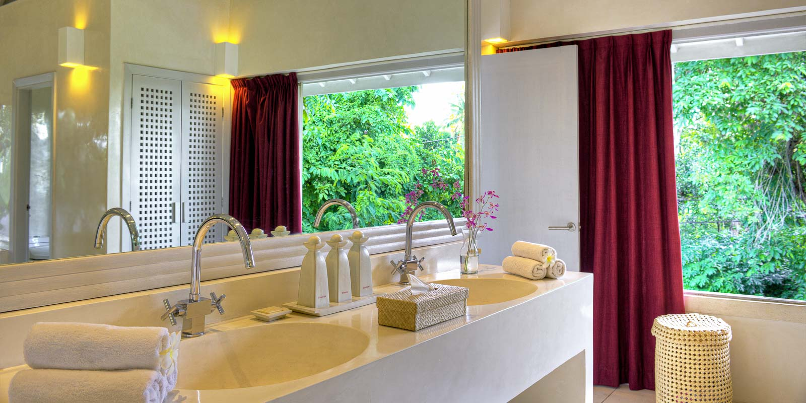 villa-matahari-main-suite-bathroom